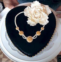 торт - сердце с ожерельем и пионом