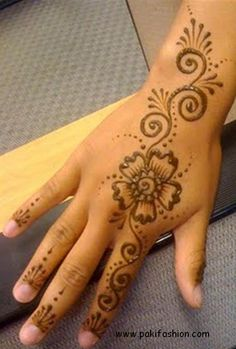 Simple Mehndi Designs for Hands usually involves covering the finger tips with mehndi and few simple patterns on the palm.