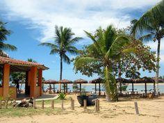 Praia da Barra onde há o encontro do mar com o rio Itanhém, formação da extensa faixa do Manguesal.