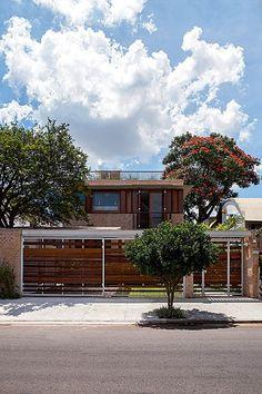 De linhas modernistas, este sobrado de 289 m², projetado pelo arquiteto Carlos Verna, fica na agitada capital paulista, mas poderia pertencer a uma pequena cidade. O tijolo aparente e os caixilhos de madeira ajudam a compor o clima campestre