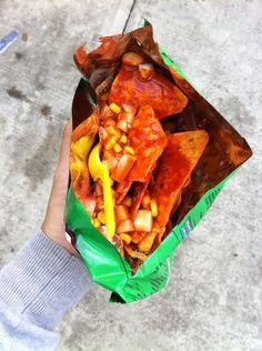 Dorilokos: doritos, Jicama, elote, cacahuates japoneses, chile, limón, salsa Valentina y salsa chamoy
