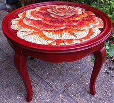 mosaique Anne Bedel: table une fleur - one flower table Mosaic Diy, Mosaic Garden, Mosaic Crafts, Mosaic Projects, Mosaic Glass, Mosaic Tiles, Glass Art, Mosaics, Tiling