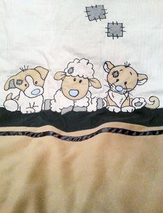 Ik heb zelf een (goedkoop) dekbedhoesje gepimpt door er andere stof en een tekening op te naaien in stukken stof... Superleuk voor in de babykamer...