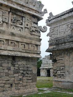 At Chichen Itza - México. / Chichén Itzá (maya: (Chichén) Boca del pozo; de los (Itzá) brujos de agua ) es uno de los principales sitios arqueológicos de la península de Yucatán, en México, ubicado en el municipio de Tinum, en el estado de Yucatán. Vestigio importante y renombrado de la civilización maya, las edificaciones principales que ahí perduran corresponden a la época de la declinación de la propia cultura maya denominada por los arqueólogos como el período posclásico.