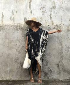 Nouveau Asymétrique Vintage teint lavage MAXI CAFTAN robe  Cette robe est teint 100 % avec à la main par la méthode de la méthode unique de Bali d'Indonésie.  Col en v Maxi Caftan robe  Cette robe élégante et confortable est facile à porter ou il peut être tous les jours occasionnels très agréable confortable  Coupé dans un modèle Oversize  Couleur - noir et cappuccino   I vous informe que le modèle de robe est fait par la torsion avec mains de sorte que le motif ne peut être même avec la…