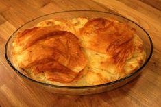"""Malzemeler:  4 adet yufka 2 yumurta 2 su bardağı süt 2 çorba kaşığı yoğurt ½ su bardağı sıvıyağ 250 gr. ezilmiş beyaz peynir 100 gr. rendelenmiş kaşar peyniri 1 demet kıyılmış maydanoz   Beyazpeynir,kaşarpeynir ve kıyılmış maydanozu bir kasede karıştırın. Bir adet yufkayı yağlanmış bir fırın kabına yerleştirip,kenarlarını kaptan sarkıtın. Ayrı bir yerde yumurta,süt ve yağı karıştırın.Kalan yufkaları iri parçalar halinde parçalayıp,yumurtalı sütlü karışıma katın. Bu karışımın yarısını,çukur kaptaki yufkanın üzerine dökün.Ortasına harmanlanmış beyaz peynir,kaşar peynir ve maydanozu boşaltın.Üzerine kalan sütlü yufkalı karışımı koyun.Kenarlardan sarkan yufka parçalarını üzerine kapatın. Önceden  … <a href=""""http://www.ardaninmutfagi.com/yemek-tarifleri/hamurlular/ramazan-tarifleri-kolay-su-boregi"""">Okumaya devam et <span class=""""meta-nav"""">→</span></a>"""