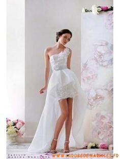Robe de mariée asymétrique avec une bretelle parée de ruches en organza