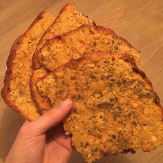 Små majs fladbrød med oregano. -eller små pandekager.  1 dåse majs, blendet.  2 dl havre mel  1 dl havregryn  1 spsk loppefrøskaller 1/2 tsk salt  1 tsk oregano.  1/2 dl mælk.  Alt blandes godt. Dejen fordeles på en bageplade, og bages ca 25 min ved 180 grader.
