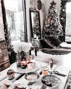 Trendy and Cozy White Holiday Decorating Ideas Get inspired with these trendy holiday decorating ideas and turn your home into a winter wonderland. You'll love these classy Christmas decorations. Classy Christmas, Christmas Mood, Noel Christmas, All Things Christmas, Xmas, Christmas Ideas, White Christmas Snow, Christmas Tumblr, Hygge Christmas