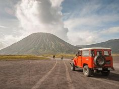 Bromo Huge Adventures: Cool Things to Do around Bromo Volcano - Indonesia Travel Yogyakarta, Lock Screen Wallpaper, Volcano, Java, Lightroom, Tourism, Things To Do, Places To Visit, Adventure