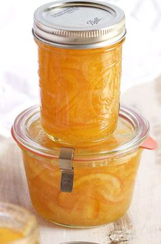 Easy Orange Marmalade Recipe – The Suburban Soapbox This Easy Orange Marmalade Recipe is spiked with vanilla and perfect spread on absolutely everything! Jam Recipes, Canning Recipes, Drink Recipes, Canning Tips, Fruit Recipes, Cooker Recipes, Vegan Recipes, Marmalade Jam, Sweets