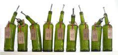 Georgia Redpath ha creado esta versión ebria de botellas, deformando su forma original pero logrando que se mantengan en pie.