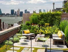 A roof terrace garden is generally used as an additional in urban environment. Roof terrace gardens in the sense of rooftop gardens can be ornamental or functional. Rooftop Design, Rooftop Terrace, Terrace Garden, Lush Garden, Rooftop Gardens, Balcony Gardening, Green Terrace, Rooftop Party, Terrace Ideas