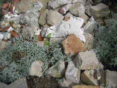 Die Vorbesitzerin des Ateliers ließ eine beschriftete Steinesammlung von ihren Reisen zurück - diese wurde zum Ausgangspunkt für die hortikulturelle Installation im Garten. Indoor Plants, Wood, Crafts, Outdoor, Stones, Viajes, Lawn And Garden, Inside Plants, Outdoors
