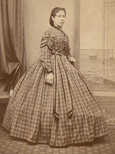 During the day, dresses worn by women were typically one piece with the bodice and skirt sewn together or two pieces with a matching bodice and skirt. Curves were achieved via sewn seams or pleats and sometimes with the assistance of whalebone. Shoulder lines were dropped and necklines were high. Collars and cuffs became removable to allow for a variety of sleeve styles.