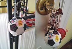 Es tiempo de Caravulecas: Llavero pelota de futbol en goma eva con escudos p...
