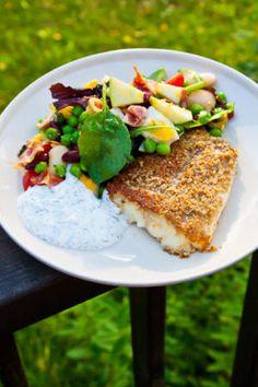 Solrospanerad torsk med citrus- och dillsås samt ägg- och baconsallad