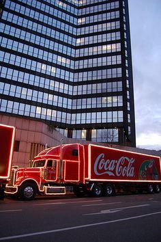 Coca Cola Weihnachtstrucks 2009 in Essen, Germany by kristofarndt Coca Cola Weihnachtstruck, Coca Cola Vintage, Coca Cola Brands, Cocoa Cola, Coca Cola Drink, Always Coca Cola, World Of Coca Cola, Coca Cola Christmas, Diet Coke