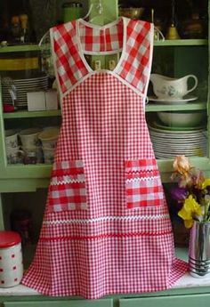 1940 Red Gingham, click for more 1940 aprons. Found a place that sells the apron I want...but I'd rather make it. Still looking for a pattern...