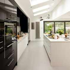 glossy black and white kitchen modern ideas beautiful theya cleverly avoided overbearing scheme with shallow Kitchen Living, New Kitchen, Kitchen Modern, Glossy Kitchen, 1970s Kitchen, Kitchen Interior, Kitchen Decor, Kitchen Ideas, Kitchen Layouts