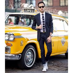 Blazer, jeans, shirt, knitted tie and sneakers. The Metro Man