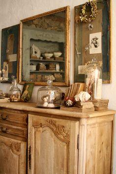 Una cómoda antigua con detalles tradicionales como un espejo con marco dorado ¿te gusta el estilo retro de este mueble?