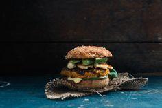 Vegetarisk hamburgare med sötpotatis och halloumi