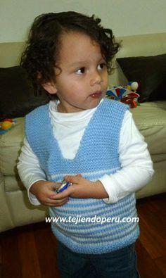 chaleco con cuello en V para niños - knitted vest for kids Crochet Saco, Crochet Necklace, Baby Boy, Knitting, Boys, Style, David, Spanish, Fashion