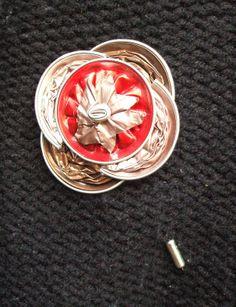 Diseño de Broches de alfiler. Colección Pirulillo.  Realizado con cápsulas nespresso color rosado, rojo y cobre sobre base de broche de alfiler.  Bisutería, Accesorios y Complementos de Diseño. Fabricado de manera totalmente artesanal y 100% hecho a mano, lo que le confiere a cada complemento un carácter único y personal.  http://lacrisalidadelamariposa.wordpress.com/2014/03/26/broche-alfiler-artesanal-04/