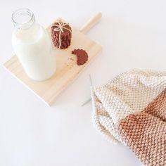 Good Morning! Quiet morning are the best! I' going to miss this!! ☕️ Buenos días! Las mañanas tranquilas son el mejor, con Septiembre a la vuelta de la esquina ya las echo de menos! #knitting_inspiration #mantadebebedepunto