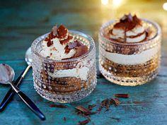 Tiramisu on jälkiruokien klassikko. Tässä ohjeessa tiramisujälkiruoat tehdään suoraan tarjoiluastioihin ja pohjalle tulee suklaacookies-keksejä. Tarjoa tiramisun kanssa kahvia, esimerkiksi espressoa.