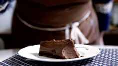 Receita com instruções em vídeo: Que tal preparar esse delicioso flan de nutella?  Ingredientes: 3 ovos, ½ xícara de açúcar, 2 colheres de sopa de farinha de trigo, 1 ½ xícara de leite, ½ xícara de chocolate em pó, 180g de nutella, 1 xícara de creme de leite, 1 envelope (12g) de gelatina incolor sem sabor em pó