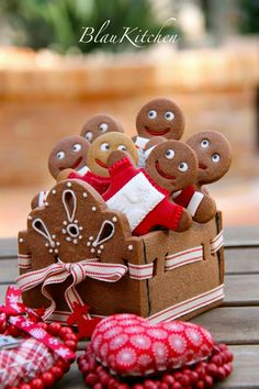Gingerbread cookie box - great for christmas gift or treats Christmas Gingerbread House, Christmas Sweets, Christmas Cooking, Noel Christmas, Christmas Goodies, All Things Christmas, Gingerbread Houses, Simple Christmas, Christmas Crafts