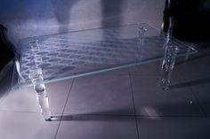 MODERNÍ SKLENĚNÝ STOLEK TB-03 | SZKLO-LUX Jaroslaw Fronczak | Processing and wholesale of glass - Deska je vyrobena z bezpečnostního skla VSG 8.8.2 Diamant (optiwhite), síla 16 mm, fazetované hrany, ve skle je umístěná rytina. Nohy jsou vyrobeny z křišťálového skla. Glass Table, Bathtub, Dining Table, Furniture, Design, Home Decor, Drinkware, Luxury, Standing Bath