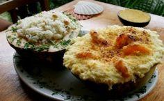 Receita de camarão com coco e requeijão, arroz de amêndoas e farofa de dendê.