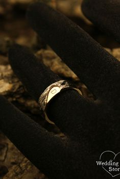 Half heart and tree bark wedding bands set with initials by WeddingRingsStore. Unique matching his and her white gold bands, Half heart bands set, Tree bands #weddingideas #jewellery #goldring #vintagering