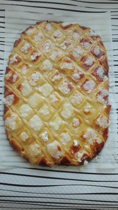 Otro dulce indispensable y de origen gallego comola Tarta de Santiago, es la tarta Larpeira. De estilo similar al Roscón de Reyes pero con el añadido de almíbar y crema pastelera, recuerda en el s…