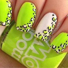 Uñas en verde neon y blanco decoradas con estampados de leopardo en los borde - Uñas Pasión
