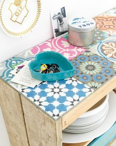 DIY - Tile a crate | 101woonideeen - what a great idea - I think I might tile the top of my old garden table.....