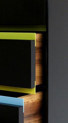 Black Box Schubkastenschrank Container Valchromat schwarz black Nussbaum walnutMassivholz piulverbeschichtetes Aluminium von Benjamin Pistorius