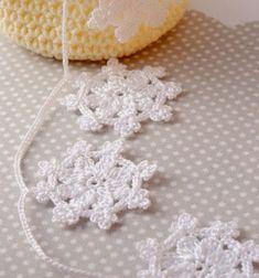 Crocheted snowflake garland (with crochet pattern) // Horgolt hópehely füzér (horgolásmintával) // Mindy - craft tutorial collection // Crochet Bunting, Crochet Snowflake Pattern, Crochet Garland, Crochet Stars, Crochet Decoration, Crochet Snowflakes, Crochet Motif, Crochet Flowers, Knit Crochet