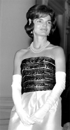 First lady Jacqueline Kennedy at a White House dinner, November Jaqueline Kennedy, Ted Kennedy, John Kennedy, Jackie Kennedy Style, Jacqueline Kennedy Onassis, Caroline Kennedy, Sophia Loren Images, Vintage Outfits, Vintage Clothing