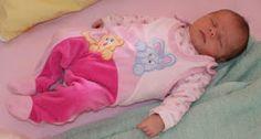 Schlafendes Baby in Kinderbett