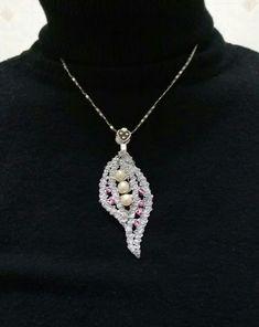 María con su elegante collar