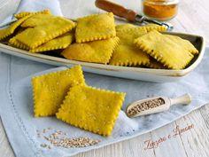 Questi crackers alla curcuma sono dei gustosi stuzzichini o sostituti del pane perfetti anche per chi segue una dieta vegana.
