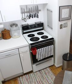 A magnetic strip for knives or magnetic knife strip holder is basically a knife holder that mounts to wall or side units. It uses magnets to hold the knives. Many of magnetic knife holders are manufacturing in plastic, stainless steel, and wood. Cool Kitchens, Knife Magnet, Kitchen Organization, Knife, Magnetic Knife Holder, Magnetic Knife Rack, Kitchen, Kitchen Spotlights, Kitchen Storage
