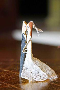 Znalezione obrazy dla zapytania spinacze drewniane para mloda