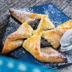 Så roligt att få massor av tips idag när jag delade dessa finska julstjärnor, jultårta eller joulutorttu som det heter på finska 💙 Olika fyllningar, smördegstips och hur man kan vika dem. Älskar att få tips från er!! Det blev en eller två till fikat idag, de är så himla goda 😋 Jag var lite tveksam mot plommon, men det blev bara så gott tillsammans med degen!   Receptet hittar du på bloggen just nu, länk i profilen ➡️ @fredriksfika   #joulutorttu #finskajulstjärnor #hembakat #fredriksfika…