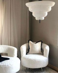 Vilket lugn detta rummet ger, eller vad får ni för intryck?  Vi älskar det, speciellt med taklampan Kyoto 😍 Kyoto, Rum, Armchair, Furniture, Home Decor, Sofa Chair, Interior Design, Home Interior Design, Arredamento