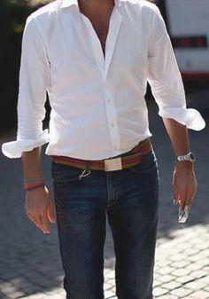 La camisa blanca es otro básico. Y nuevamente aparecen los jeans oscuros clásicos.